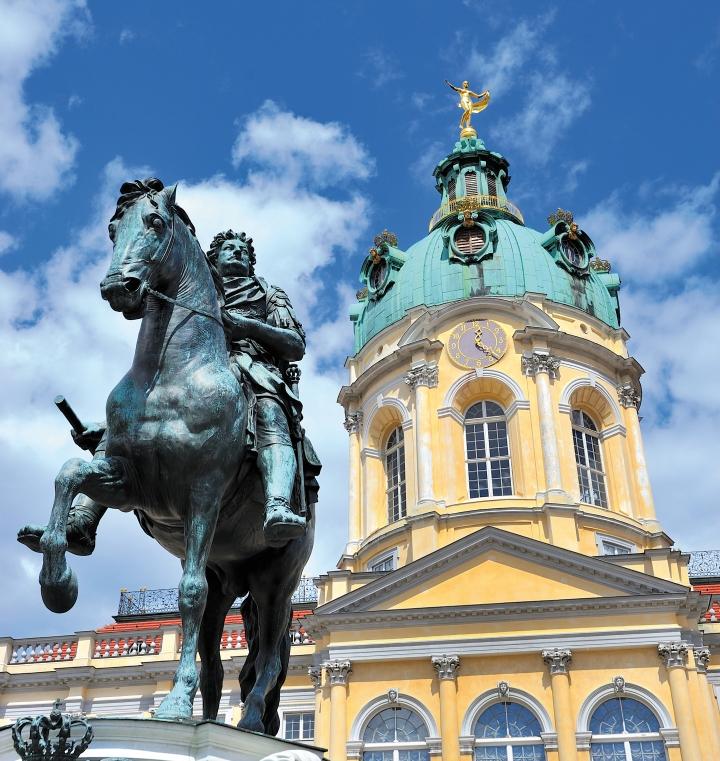 Berlin statue (shutterstock)