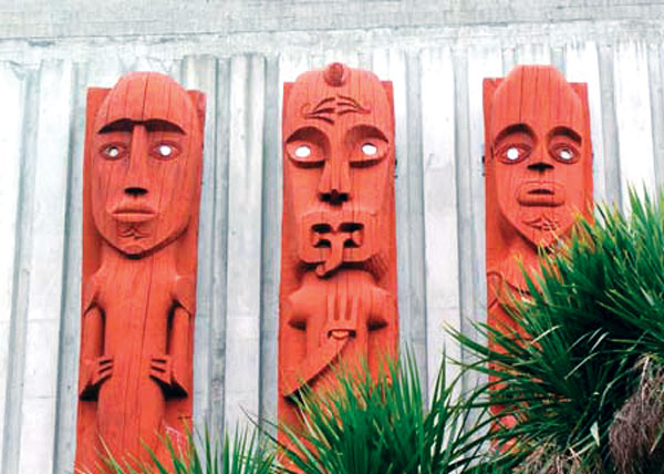 palmerston-northNZ_carvings_credit-cc-Shirley-Williams