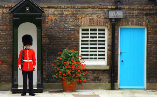 London.England.2011.God_Save_the_English_Guards