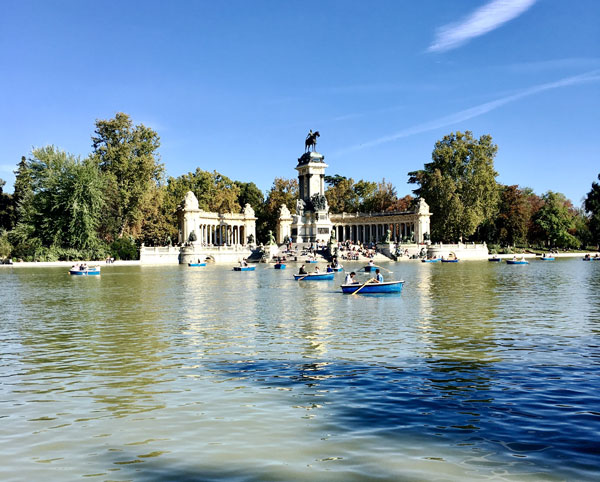 People boating at a pond in Parque del Retiro.